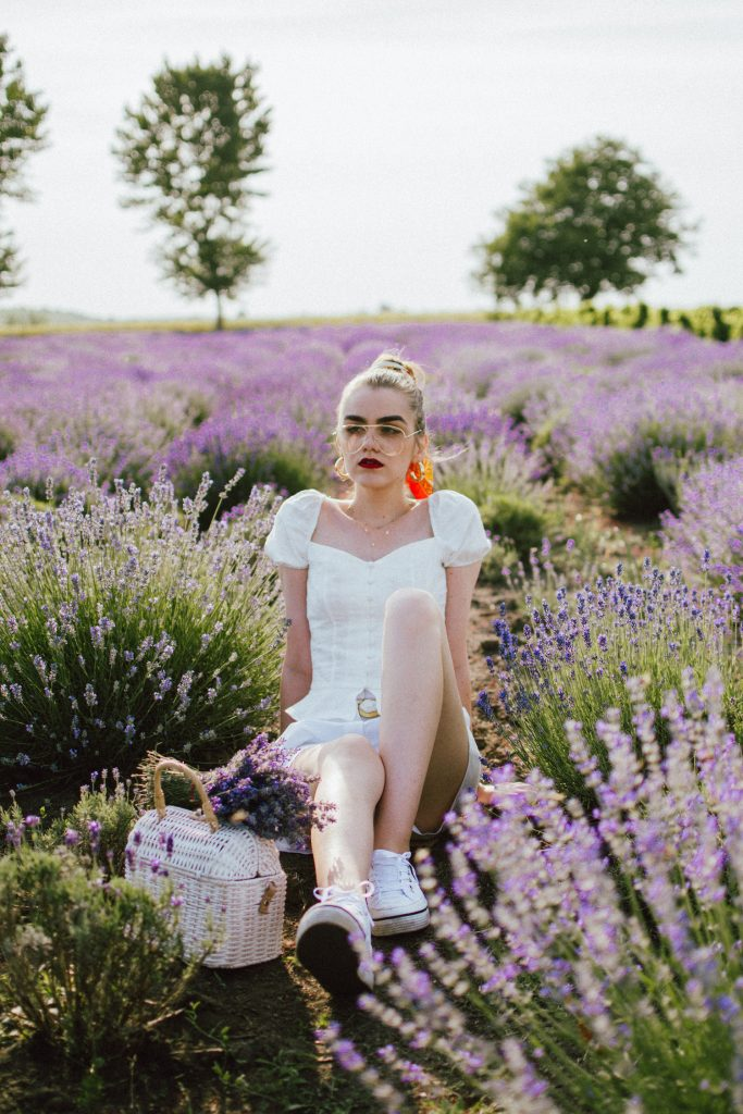 how I got rid of folliculitis, IPL, Bershka white button detail top with puffy sleeves, white shorts, tommy hilfiger sneakers, white straw bag, lavender field, andreea birsan, cute summer outfit ideas 2018 (18)